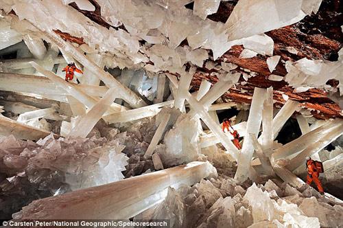 Los espeleólogos en la imagen dan escala a la gigantesca cueva de cristales