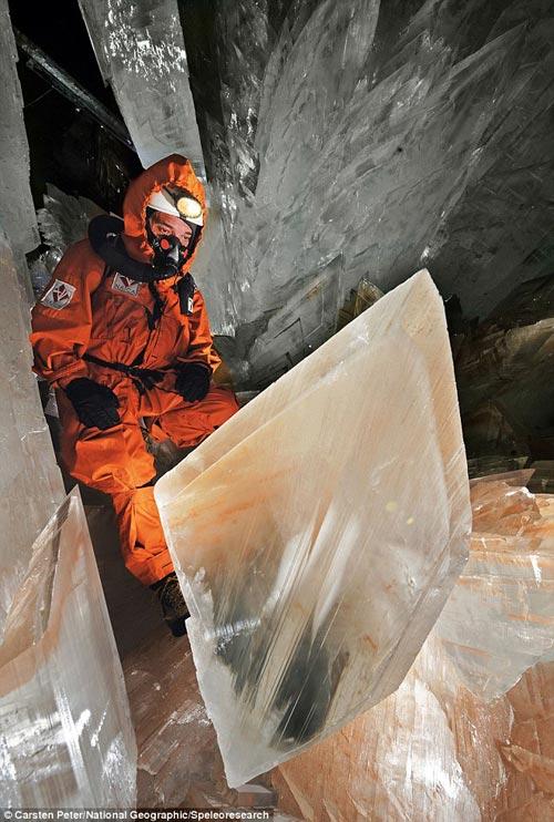 Uno de los espeleólogos se sube a uno de los cristales