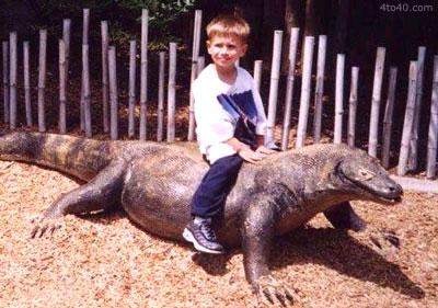 Dragón de Komodo comparado con el tamaño de un niño