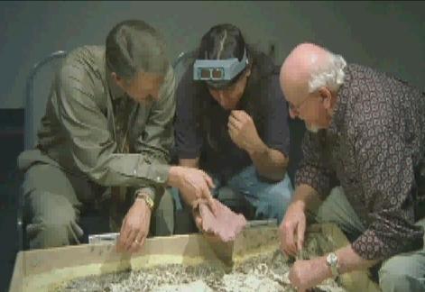Los doctores Jeff Meldrum (izq.), esteban Sarmiento (centro) y daris Swindler, examinan las huellas de un Bigfoot