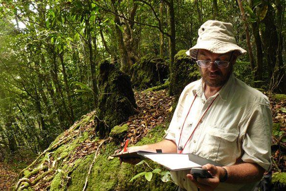 Uno de los cientificos británicos en el nuevo paraiso natural