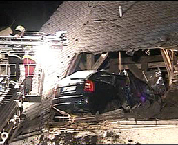 El pasado 26 de enero otro coche se emprotro contra un tejado en Alemania, pero aqui si habia ocupantes