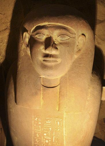 Fotografia si fechar facilitada por el Consejo Superior Egipcio de Antigüedades de uno de los féretros encontrados en un mausoleo recién descubierto en Saqqara.