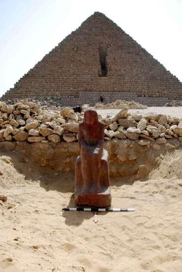 Se descubrió al norte de la pirámide de Micerinos