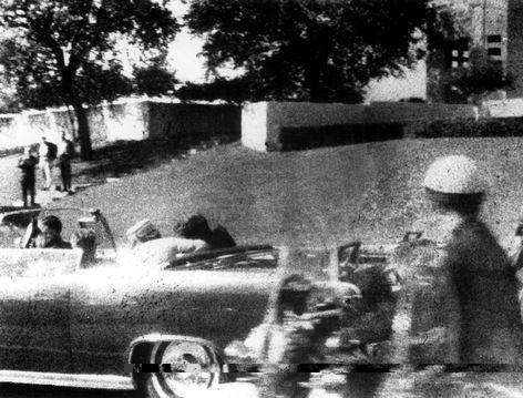 Foto Moorman. Tras el impacto en la garganta Jackie se inclina sobre JFK