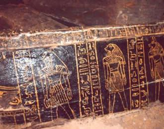 Detalle de uno de los sarcófagos encontrados