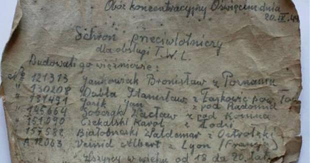 Carta hallada dentro de una botella durante las obras de renovación de una escuela de Oswiecim (Polonia), que en la Segunda Guerra Mundial era parte del campo de concentración de Auschwitz-Birkenau.EFE/Andrzej Grygiel