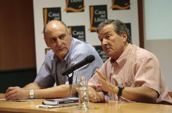 J.J. Benítez junto al autor del libro. Foto: ForodeVigo.es