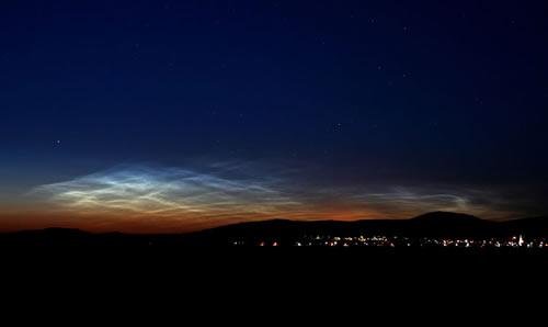 Esta imagen muestra una de los primeros avistamientos desde la tierra de nubes noctilucentes en el verano de 2007. Crédito: Veres Viktor de Budapest, Hungría tomada el 15 de junio de 2007.