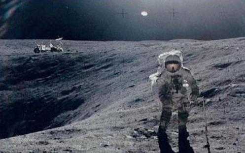 Apolo 16, 1972 - Un disco brillante es visto sobre el astronauta Charles Duke, durante un paseo por la superficie lunar