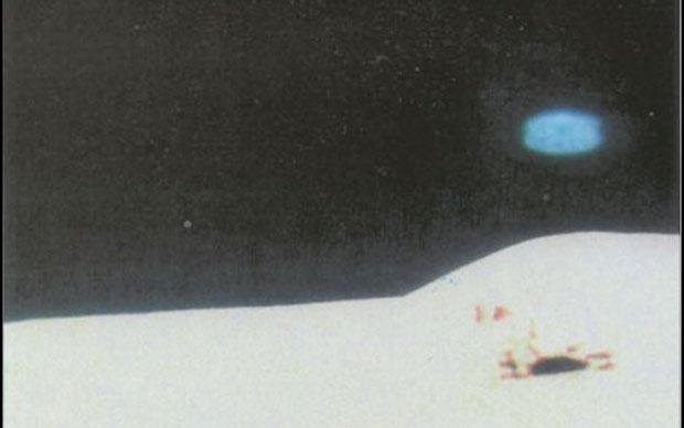 Apolo XV, 1971 - Defecto de la película u objeto volador? Un extraño disco azul es capturado sobre la superficie lunar.