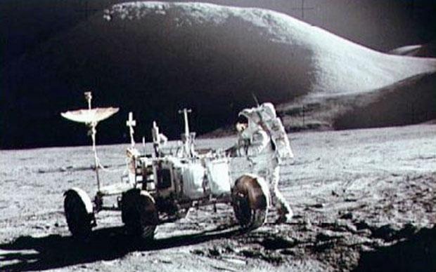 Apolo XV, 1971 El astronauta James Irwin trabaja en el vehículo lunar - pero ¿Qué es el objeto que sobresale detrás de la colina en el fondo?