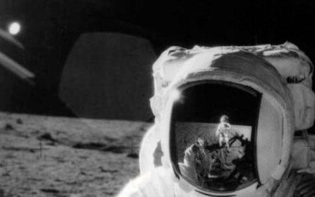 Apolo XII, 1969 - secuencias de vídeo tomadas en la segunda misión Apolo de la Tierra a la Luna donde aparece un disco brillante alrededor de 100 millas sobre la superficie lunar