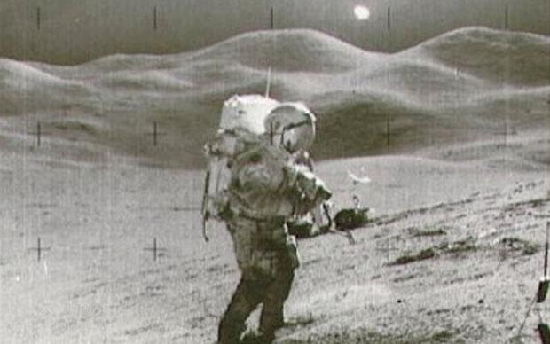 Apolo XV, 1971 - Un brillante objeto en la foto del astronauta David Scott en la ladera de Hadley Delta