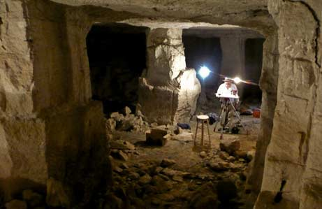 Los arqueólogos, en la imagen, han descubierto huecos donde pondrían las lamparas de aceite