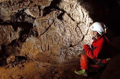 En las cuevas se han encontrado pinturas, gravados y algunos esqueletos