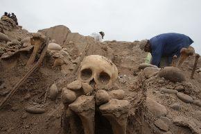 Arqueólogos hallan área funeraria en la Huaca Huantille en el distrito de Magdalena. Foto: ANDINA/Jack Ramón.