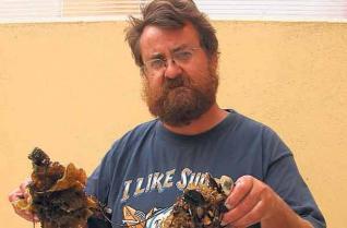 Juan Junoy con un ejemplar del gusano gigante lineus longissimus.