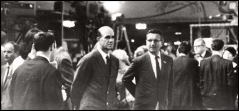 Fotografía que muestra a Gordon Campbell y George Joannides en el Hotel Ambassador en la noche en que Robert F. Kennedy fue asesinado.