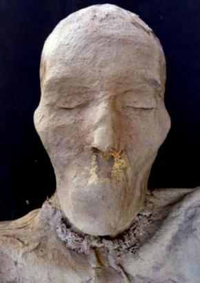 Una de las momias conserva las cejas
